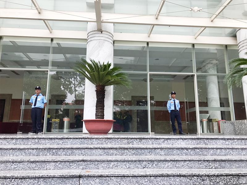 bảo vệ tuần tra tòa nhà
